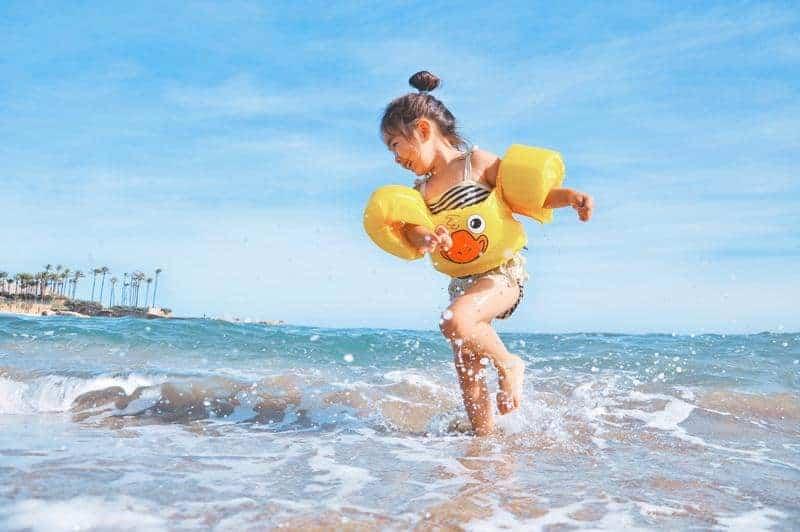 Ein Kind spielt im Meer